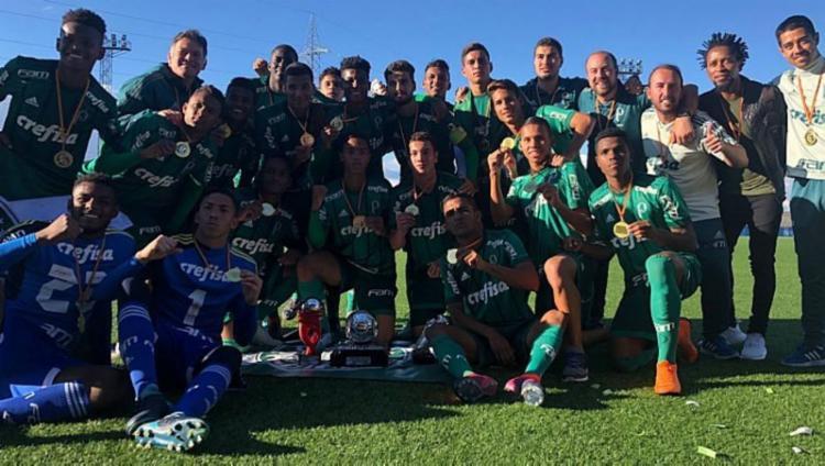 O centroavante Gabriel Verón, artilheiro do Mundial, com nove gols, recebeu o prêmio de melhor jogador do campeonato - Foto: Mundial de Clubes Juvenil l Divulgação
