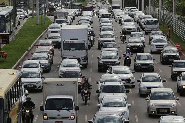 O fluxo de caminhões de grande porte e tratores nas Áreas de Restrição a Circulação (ARC) é proibido entre 6h e 10h - Foto: Xando Pereira | Ag. A TARDE | 31.03.2017