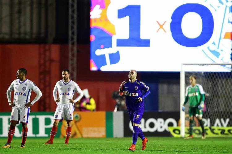 Silvinho (C) marcou o gol que definiu o triunfo paranista no Durival Britto - Foto: Heuler Andrey l Dia Esportivo l Estadão Conteúdo