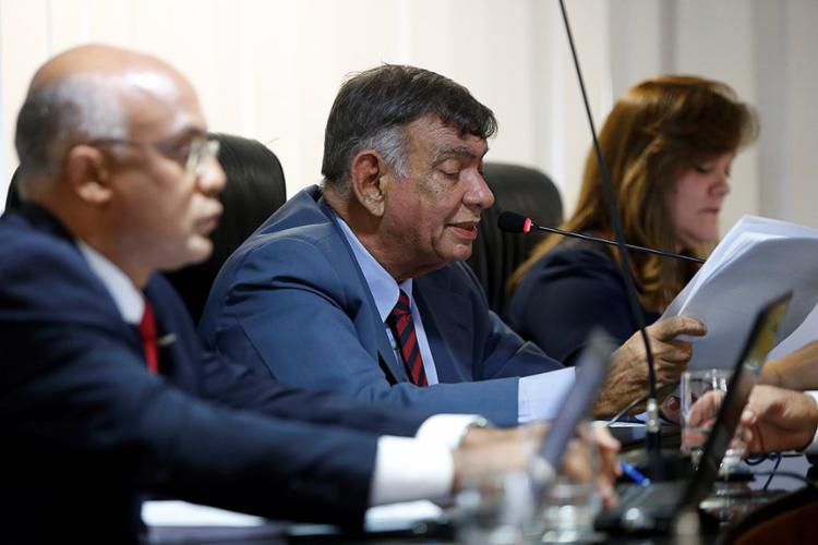 Pedro Lino (C), relator, foi contra a aprovação das contas estaduais, mas acabou sendo voto vencido no resultado - Foto: Adilton Venegeroles l Ag. A TARDE
