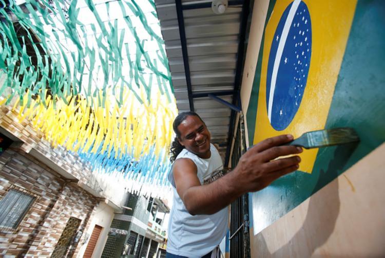 O pintor Ubiraci Vieira dá tinta e incentivo para a Copa
