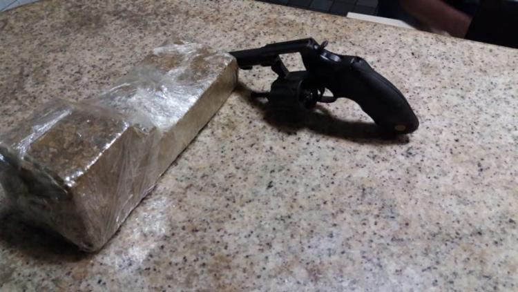 Um revólver, munições e meio quilo de maconha foram apreendidos - Foto: Divulgação | SSP