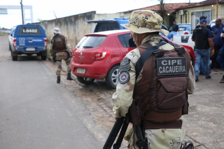 Mais de 100 policiais participam da operação que teve início nesta madrugada - Foto: Alberto Maraux | SSP-BA