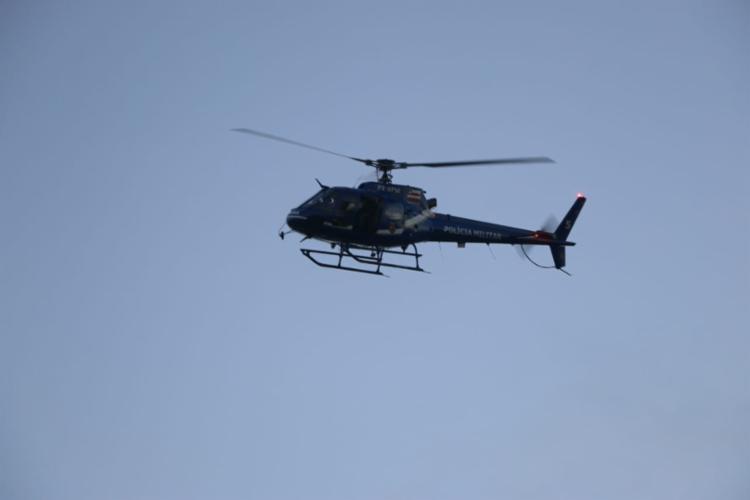 Helicóptero foi usado durante cumprimento dos mandados | Foto: Alberto Maraux | SSP-BA