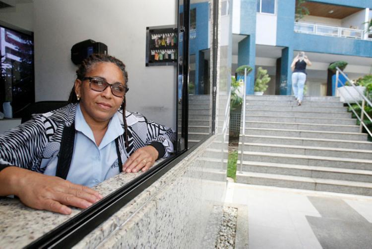 Porteira do Primum, Valdina recebeu treinamento da equipe do condomínio - Foto: Luciano da Matta | Ag. A TARDE
