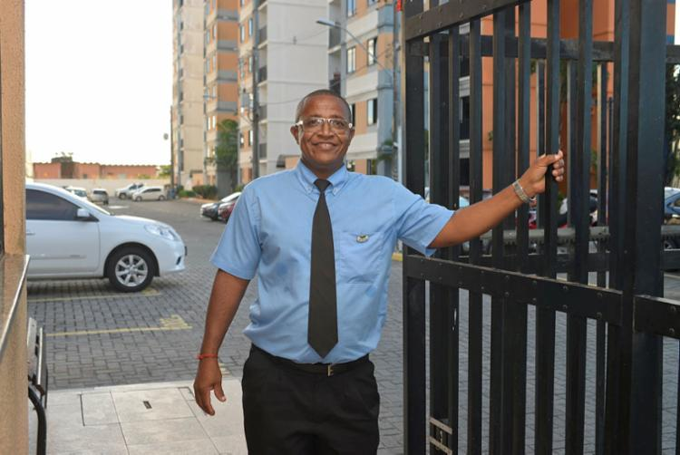 Silva, porteiro do Residencial Jacarandá, aperfeiçoou o trabalho após curso de qualificação | Foto: Shirley Stolze | Ag. A TARDE