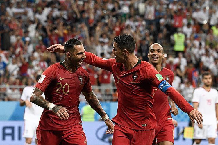 Quaresma celebra com Cristiano Ronaldo após marcar o gol de Portugal - Foto: Filippo Monteforte l AFP