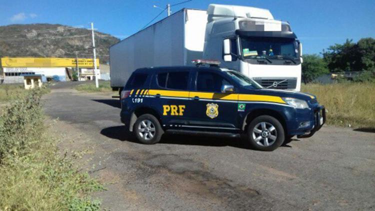 Quatro reféns foram encontrados no interior do veículo. Assaltantes conseguiram fugir - Foto: Divulgação | PRF