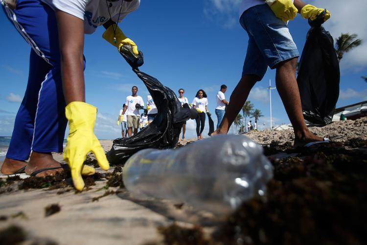 Alunos de escolas públicas, da Unijorge, além de pescadores e recicladores, participaram da limpeza na praia - Foto: Joá Souza l Ag. A TARDE