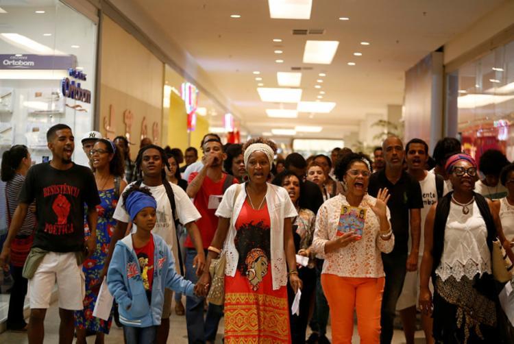 Dezenas de pessoas gritaram contra o racismo institucional, chamando a atenção de vendedores e frequentadores do centro de compras - Foto: Raul Spinassé | Ag. A TARDE