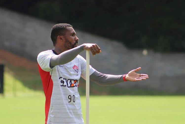 Após cumprir suspensão contra o Inter, Rhayner volta ao time - Foto: Maurícia da Matta | ECVitória