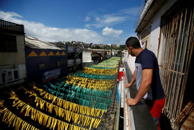 Comerciantes preparam a decoração na Rua Barão de Cotegipe, na Calçada