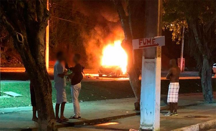 Revoltados, os moradores atearam fogo no carro após o motorista fugir sem prestar socorro às vítimas