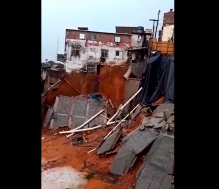 Por conta do desabamento, um imóvel ficou em situação de risco - Foto: Reprodução   YouTube