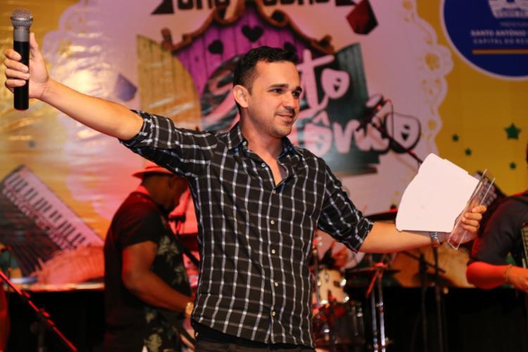 Luciano Vieira é o intérprete da música