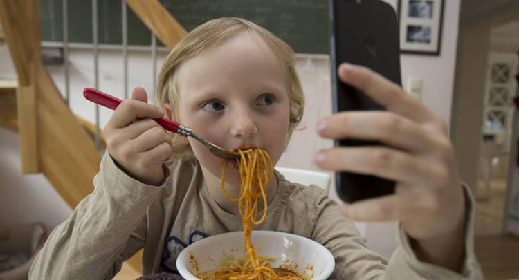 A partir do momento que você não presta atenção naquilo que você está ingerindo, você corre o risco de se alimentar em excesso - Foto: Reprodução   El País