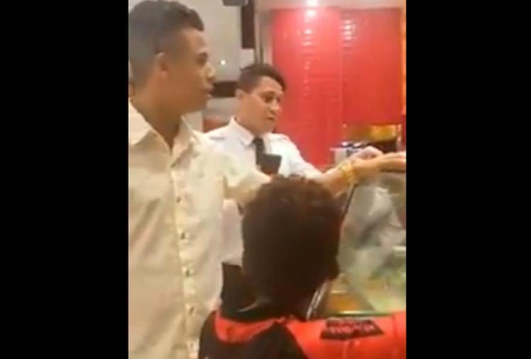 Segurança impede atendente de entregar prato de comida para cliente - Foto: Reprodução | YouTube