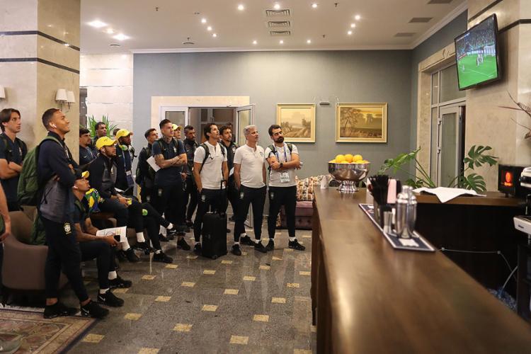 Delegação brasileira acompanhou na chegada ao hotel o empate em 3 a 3 entre Portugal e Espanha - Foto: Lucas Figueiredo l CBF