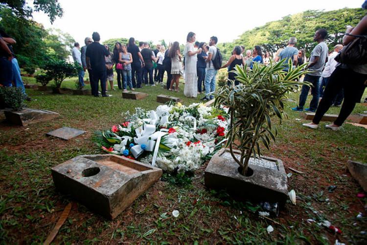 Corpo de Orlando Tapajós foi sepultado no cemitério Jardim da Saudade, em Brotas - Foto: Luciano Carcará | Ag. A TARDE