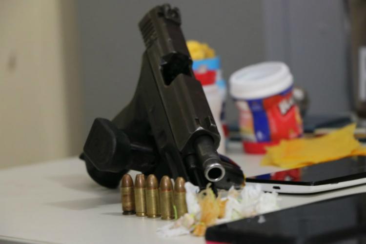 Foram apreendidas pistolas, revólver e drogas