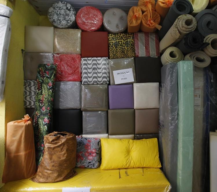 A rua concentra um forte comércio de tecidos para estofados, cortinas e persianas. Foto:Margarida Neide / Ag. A Tarde