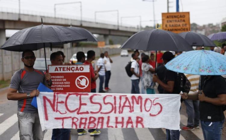 Uma parte do grupo bloqueou uma das vias da Rótula - Foto: Raul Spinassé | Ag. A TARDE
