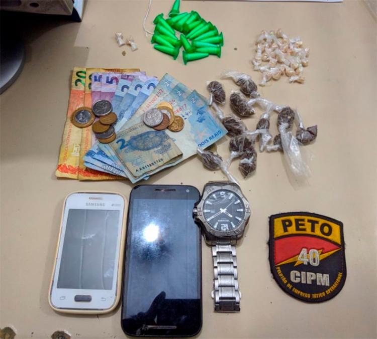 Com os suspeitos foram apreendidos porções de cocaína, crack, maconha e celulares - Foto: Divulgação   SSP-BA
