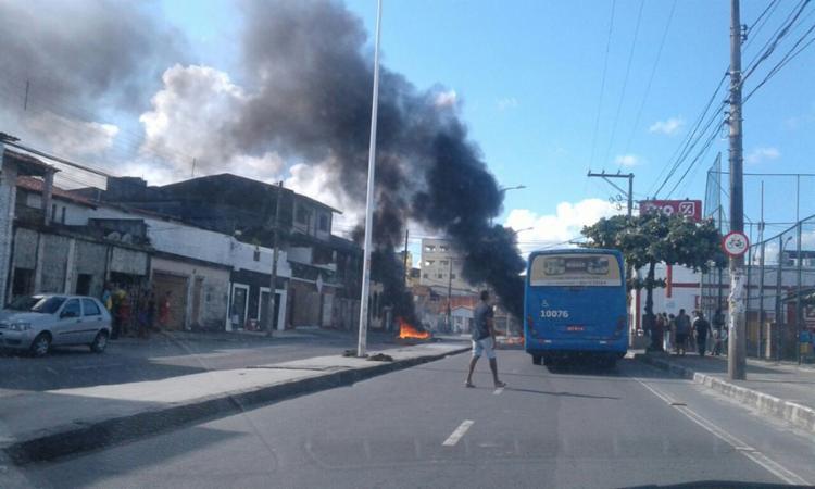 Avenida está bloqueada por manifestantes - Foto: Transalvador
