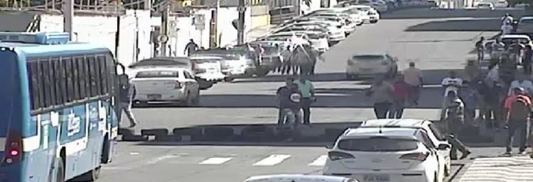 Grupo de manifestantes bloqueia rua em Amaralina - Foto: SSP | Divulgação