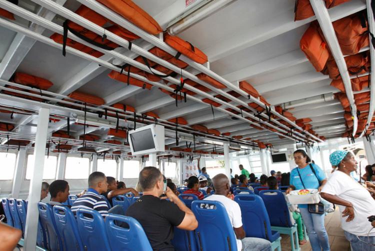 Passageiros ignoram os coletes salva-vidas - Foto: Luciano Carcará   Ag. A TARDE
