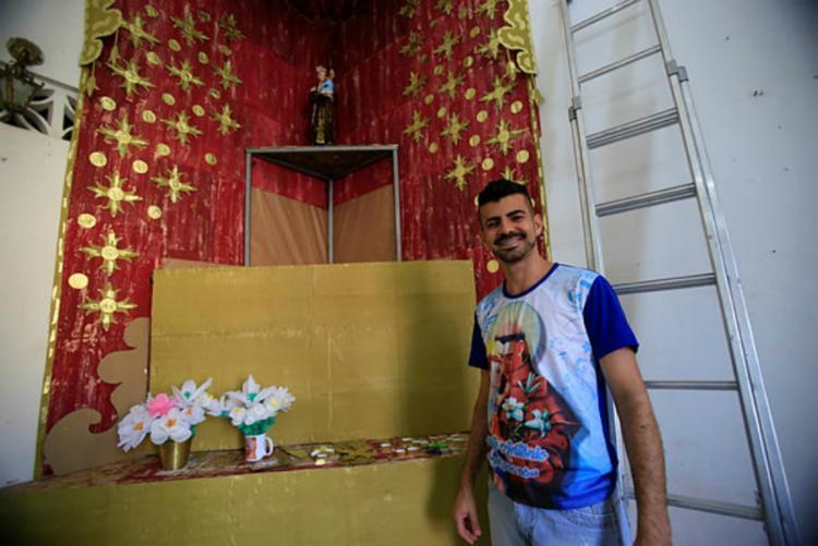 O artesão Rodrigo Guedes realiza a trezena de Santo Antônio em homenagem a avó - Foto: Luciano Carcará | Ag. A Tarde