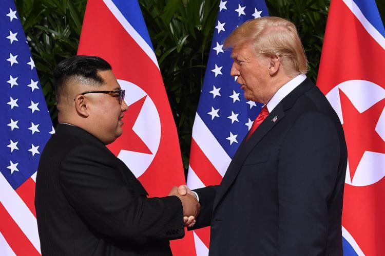 É a 1ª vez na história que líderes em exercício dos 2 países se encontram - Foto: Saul Loeb l AFP