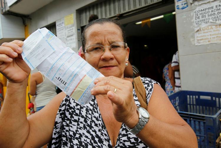 Para pagar a luz, dona Vera precisa ir a outro bairro - Foto: Margarida Neide | Ag. A TARDE