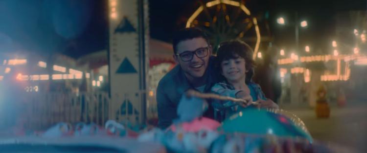 Durante o vídeo, criança descreve a relação com o pai - Foto: Reprodução   Youtube