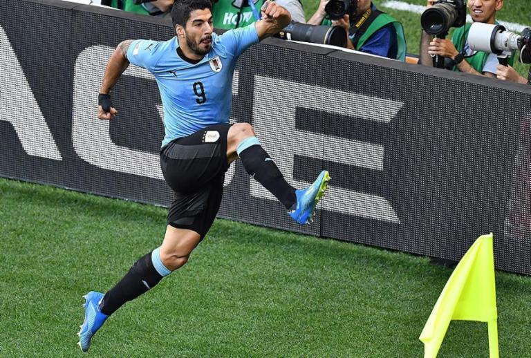 Suárez marca em 100º jogo pela seleção, Uruguai vence Arábia e avança
