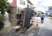 Caçamba tomba após cair em buraco em Nova Brasília de Valéria | Foto: Raul Spinassé | Ag. A TARDE