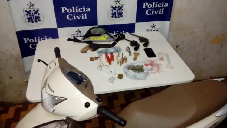 Armas, munições, drogas e uma motocicleta roubada foram apreendidos