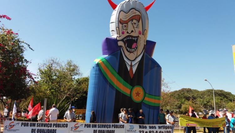 Servidores públicos protestam em frente a um dos anexos da Câmara dos Deputados em Brasília