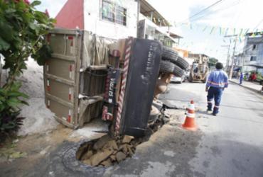 Caçamba tomba após cair em buraco em Nova Brasília de Valéria | Raul Spinassé | Ag. A TARDE