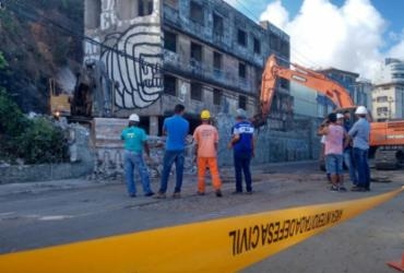 Prédio é demolido em Ondina  