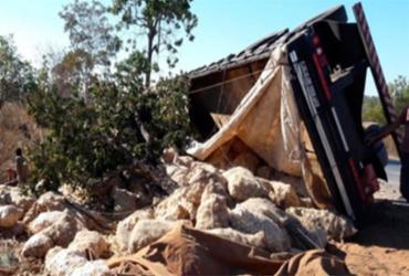 Carreta com batatas tomba na BR-242 nesta quinta-feira, 12 | Reprodução | Blog do Braga