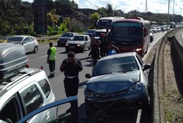 Motoristas enfrentam lentidão na BR-324 após acidente em Pirajá | Joá Souza | Ag. A TARDE