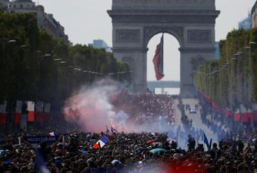 Seleção chega a Paris para celebrar bicampeonato |