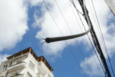 Fiação elétrica exposta gera apreensão popular | Margarida Neide | Ag. A TARDE
