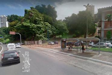 Carro pega fogo em frente à faculdade de medicina no Vale do Canela | Reprodução | Google Maps