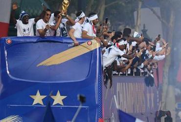 Após título, seleção da França é recebida com festa em Paris   Jacques Demarthon   AFP
