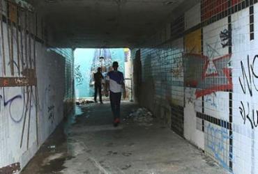 Desgaste de passagem subterrânea gera insegurança | Margarida Neide | Ag. A TARDE