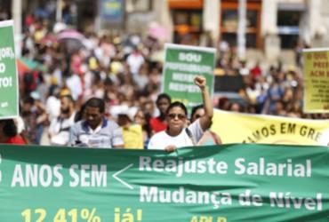 Professores de Salvador mantêm greve e fazem caminhada até a prefeitura | Raul Spinassé | Ag. ATARDE