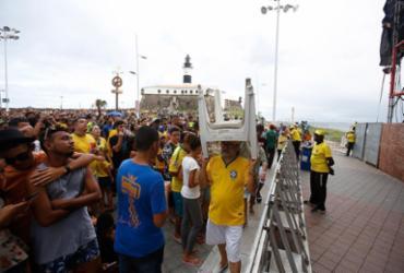 Torcedores lamentam eliminação brasileira no Farol da Barra | Tiago Caldas l Ag. A TARDE