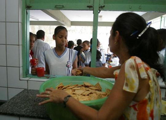 Recursos para alimentação escolar sofrem queda na Bahia | Carlos Casaes | Ag A Tarde